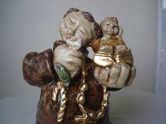Santo Antonio Estilizado em gesso, pintado na arte barroco-mineiro,com folheação em ouro. R$ 220,00