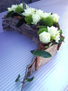 Discover thousands of images about Valkoisia ruusuja, sammalta ja freesioita Contemporary Flower Arrangements, Beautiful Flower Arrangements, Beautiful Flowers, Ikebana Arrangements, Floral Arrangements, Branch Decor, How To Preserve Flowers, Funeral Flowers, Natural