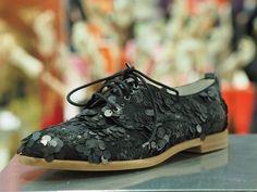 Das sind Hingucker-Schuhe für den Alltag. Pailletten-Schnürer von Steffen Schraut Everyday Shoes, Asics, Sneakers, Fashion, Loafers, Sequins, Boots, Handbags, Tennis