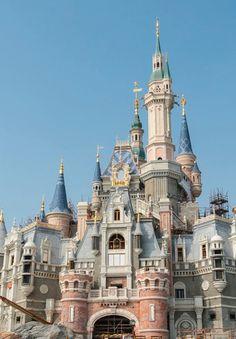 O resort internacional fica no distrito de Pudong, em Shanghai e a festa de inauguração durará vários dias