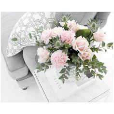Fredagsbuketten :) #fredag #roomdeco #blommor #fredagsbukett #interior #interiör #interiorforyou #inredning #instahome #vackrahem #interior4all #home #hem #bloggse #Frillesås