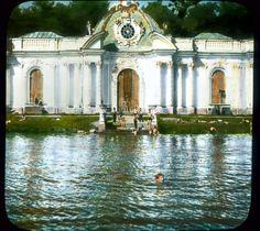 Пушкин (Царское Село). Дети, купающиеся у павильона «Грот» недалеко от Екатерининского дворца. Фото: Бренсон ДеКу, 1931 г.
