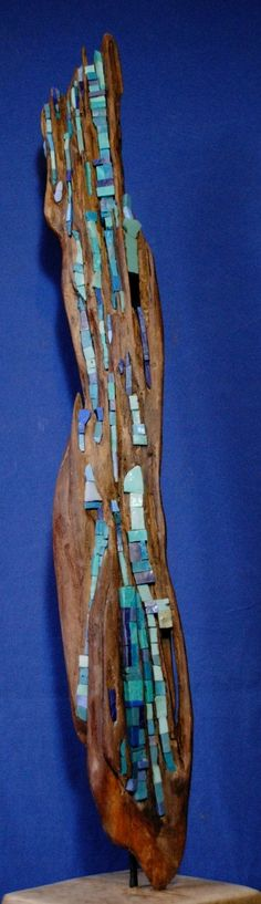 Sculpture mosaïque sur bois flottés. La technique du champlevé. L'art bysantin qui au VIème siècle a développé l'art du relief, du très bas relief, méplat et du relief champlevé (motifs sculptés sur un fond creusé et rempli en