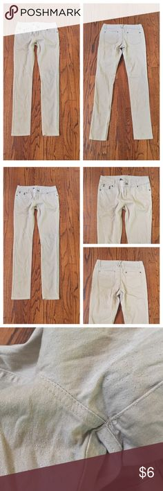 DGNY SIZE 5 Junior Skinny Pants Significant amount of piling in between the legs. (Please refer to my third picture). No holes. No rips. No tears. Message me if you want measurements. DGNY Pants Skinny
