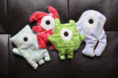 Boo boo buddies (filled with rice). Put them in the freezer for a not-too-cold ice pack for toddlers. I used random single socks. Fabric Crafts, Sewing Crafts, Sewing Projects, Rice Bags, Corn Bags, Boo And Buddy, Baby Crafts, Rice Warmers Diy Heating Pads, Hand Warmers