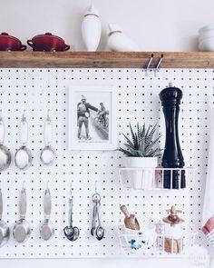 """584 curtidas, 9 comentários - Be Simple   Home Decor (@besimple.home) no Instagram: """"〰 pegboard. 💗🖤 na cozinha! na falta de armários são uma ótima opção, com os ganchos e cestinhos…"""""""