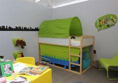 kura hochbett f r kinder mit stickat vorhang und kissen in gr n m dchen sachen kinderzimmer. Black Bedroom Furniture Sets. Home Design Ideas