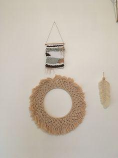 Tableau tissé du kit Sew et laine Couronne soleil en macramé du livre Kesi'Art Plume macramé Crochet Earrings, Creations, Diy, Jewelry, Feather, Weaving, Sun, Wool, Board