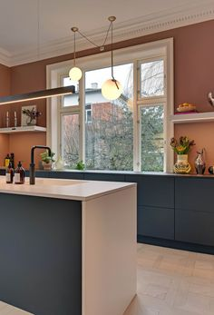 Choose painted surfaces to give your uno form kitchen the perfect look. Design drawing the eye. Giving pleasure. Modern Kitchen Interiors, Elegant Kitchens, Interior Design Kitchen, Modern Kitchens, Grey Kitchens, Kitchen Modern, Rental Kitchen, Home Decor Kitchen, Home Kitchens