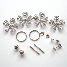 お花の透かしパーツを組み合わせて、立体的な円盤型のパーツを作りました。正面から見ると、絞り出しクッキーのようにも見えます。... Blog Entry, Stud Earrings, Jewelry, Jewlery, Jewerly, Stud Earring, Schmuck, Jewels, Jewelery