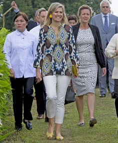 On June Queen Maxima of the Netherlands visited a pineapple farm in the Tagaytay City, south of Manila, Philippines.Queen Maxima visits a pineapple farm in Philippines Pineapple Yellow, Pineapple Farm, Queen Of Netherlands, Style Royal, Estilo Real, Royal Queen, Royal Clothing, Queen Maxima, Mode Vintage