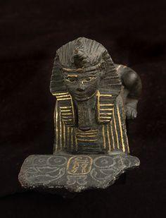 Sphinx : le roi Siamon 978 - 959 avant J.-C. (21e dynastie) bronze noir incrusté d'or H. : 4,70 cm. ; l. : 10,30 cm.  Il présente un plateau chargé de pains et de volailles. Département des Antiquités égyptiennes E 3914