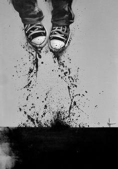 sentarse pintar zapatillas de arte húmedo chapoteo saltando vida bailando en escala de grises