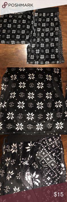 Simply Vera Verawang pajamas Snowflake fuzzy pajamas from Simply Vera Verawang! Never been worn, still has tags on it!  MAKE AN OFFER! ACCEPTING ALL REASONABLE OFFERS!! Simply Vera Vera Wang Intimates & Sleepwear Pajamas