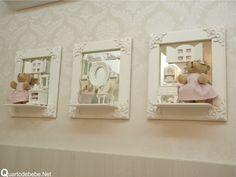 Porta de maternidade com fundo de espelho. O tema é ursinha com quarto de bebê em miniatura.