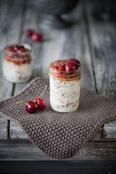 Stracciatella Creme mit karamellisierten Kirschen