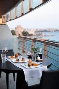 € 100 Το αστικό σικ Daios Luxury Living βρίσκεται σε μια μοναδική τοποθεσία στην παραλία της Θεσσαλονίκης και προσφέρει κομψά δωμάτια και ένα μεσογειακό...