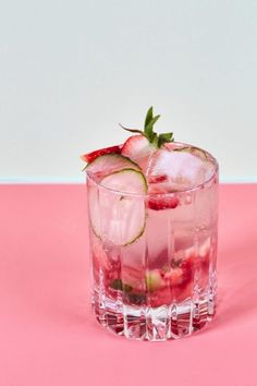 Recipe: Sparkling Strawberry Cucumber Mocktail The Pimm's Cup-Inspired Mocktail Non Alcoholic Cocktails, Cocktail Drinks, Cocktail Recipes, Virgin Cocktails, Summer Drinks, Fun Drinks, Healthy Drinks, Beverages, Bebidas Detox