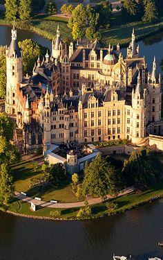 Burg Schwerin Beautiful Buildings, Beautiful Castles, Beautiful Places, Most Beautiful, Medieval Castle, Castle Ruins, Castillo Medieval, Ancient Architecture, Monuments
