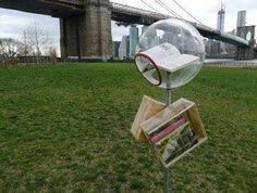 Petite bibliothèque libre-service sous le pont de Brooklyn, pour les jours de grand vent...