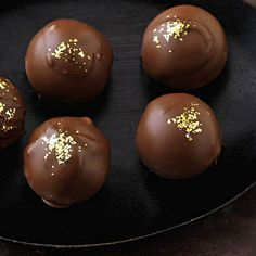 Baileys Truffles - All Recipes Praline Chocolate, Chocolate Fudge, Christmas Truffles, Christmas Desserts, Christmas Recipes, Sweets Recipes, Candy Recipes, Drink Recipes, Bailey Truffles