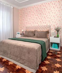 03-quarto-romantico-manteve-tacos-de-madeira-e-ganhou-parede-florida