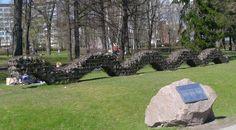 Ossi Somma, Pertti Mäkinen ja Reijo Paavilainen: Opera Ophidia, 2000, kivi ja teräsverkko, 60x1500x120 cm - Hesperian puisto/Töölönlahti, Töölö