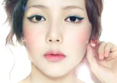 Ulzzang makeup. I like the green eyeliner and the just-bitten look of the lips, where the colour is focussed on the centre of the lips.