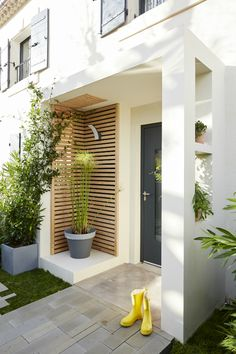 Eine Pflanze und moderne Veranda You are in the right place about house plants decor spaces Here we offer you the most beautiful pictures about the house plants decor indoor Veranda Design, Modern Porch, Modern Entrance, Front Porch Design, House With Porch, House Front, Minimalist Home, Pergola, Outdoor Decor