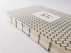 EDITION IN LIMITIERTER AUFLAGE Auflage für 2017 schwarze Fadenheftung = 170 Exemplare. Auflage für 2017 rote Fadenheftung = 170 Exemplare. Ausführung für Kalender 2017 170 Exemplare mit roter offener Fadenheftung 170...