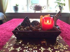 Helligtrekonger med julens sidste lys og pebernødder. Helligtrekonger er egentlig en gammel tradition fra dengang hvor julen blev fejret de tolv dage følgende jul, hvor vi jo i dag har næsten to måneder med jul inden selve juleaften.