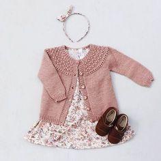 Billede af BROMBÆRcardigan Baby Dress Patterns, Baby Clothes Patterns, Baby Knitting Patterns, Knitted Baby Clothes, Baby Kids Clothes, Girls Sweaters, Baby Sweaters, Baby Outfits, Kids Outfits