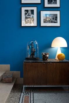 electric blue, black frames Source by Zara Home, Shooting Photo, New Living Room, Electric Blue, Decoration, Shades Of Blue, Colorful Interiors, Gallery Wall, Indoor