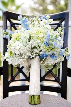 Ramo de estilo campestre en blanco y azul :: Wild blue and white wedding bouquet via Style Me Pretty