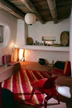 """Georgia O'Keefe at home. The Ghost Ranch , New Mexico (Alexander Calder mobile) """"To me it is the best place in the world,"""" O'Keeffe (a. Georgia Okeefe, New Mexico Homes, Adobe House, O Keeffe, Interior Minimalista, Tadelakt, Interior And Exterior, Living Spaces, Living Room"""
