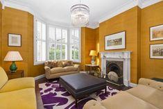 Zimmer mit mehreren wandflächen in warmem goldton angestrichen