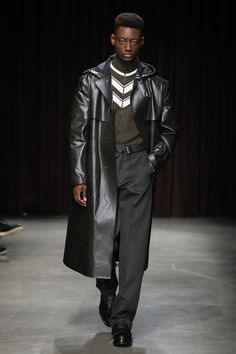 See all the Collection photos from Boss Autumn/Winter 2017 Menswear now on British Vogue Vogue Paris, Mens Highlights, Hardy Amies, Catwalk Collection, Fashion Show, Mens Fashion, John Varvatos, Men's Grooming, Hugo Boss