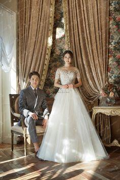 Pin by Santoshi on Session Korean Wedding Photography, Wedding Photography Poses, Wedding Poses, Wedding Couples, Marriage Poses, Foto Wedding, Pre Wedding Photoshoot, Wedding Bridesmaids, Bridal Dresses