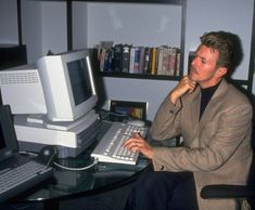 David Bowie using a desktop computer: 50 Things You Will Never See In Real Life David Bowie, Funny Celebrity Pics, Celebrity Photos, Frank Zappa, Mick Jagger, Jock, Ziggy Played Guitar, Nostalgia, New Lyrics