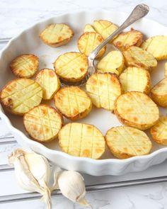 Rostad vitlökspotatis Vegan Recipes, Snack Recipes, Snacks, Summer Recipes, Tapas, Nom Nom, Good Food, Food Porn, Chips