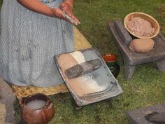 Metate. Nuestra hechicera de la cocina muele granos en el metate. Pueden ser frijoles, maíz, chile, habas etc.