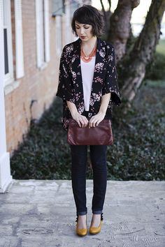 Kimono style jacket (super cute print!), coral necklace, skinny jeans and ADORABLE mustard yellow heels. And I love her haircut.
