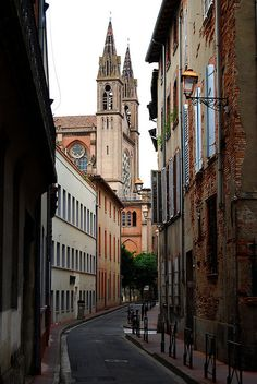Narrow Alley in Toulouse by PredictorX on Flickr.
