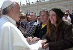 La chanteuse américaine Patti Smith (D) est saluée par le pape François à l'issue de son audience place Saint-Pierre (Vatican), le 10 avril 2013. | AP / SIPA