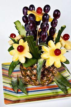 Studio Floral Dora Santoro: Projetos com Frutas - Frutti Decorati Edible Fruit Arrangements, Fruit Centerpieces, Fruit Decorations, Food Decoration, Centerpiece Ideas, Fruit And Veg, Fresh Fruit, Deco Fruit, Pineapple Centerpiece