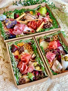 Charcuterie Gifts, Charcuterie Recipes, Charcuterie And Cheese Board, Charcuterie Platter, Party Food Platters, Cheese Platters, Catering Menu, Cute Food, Yummy Food