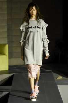 See the complete Steve J & Yoni P Seoul Spring 2017 collection. Fall Fashion 2016, Fashion Now, Fashion 2017, Urban Fashion, Fashion Outfits, Seoul Fashion, Steve J, Fashion Seasons, Street Style Women