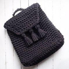 Я всё мастер-классы выкладываю, а новых моделей давно не показывала Исправляюсь! Чёрный рюкзачок, фурнитура чёрная никелированная (ручка-цепь, магнитная кнопка, полукольца и даже фиксатор). Стоимость рюкзака 5200 руб . #ленточнаяпряжа #рюкзак #вязаныйрюкзак #трендсезона