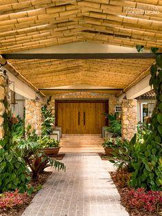 No corredor de entrada, o bambu foi usado na sustentação do telhado.