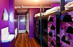 Vacanze in cella: benvenuti al Hostel Girls Twin Bed, Girls Bunk Beds, Kid Beds, Girls Bedroom, Bedroom Ideas, Unusual Hotels, Girl Dorms, Modern Bunk Beds, Shared Rooms